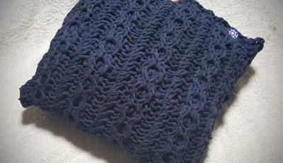 手編みのクッションカバー